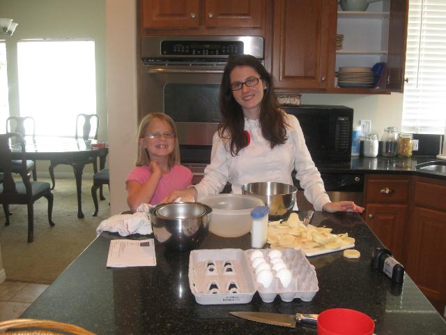 Diana and Ainhoa making bizcocho